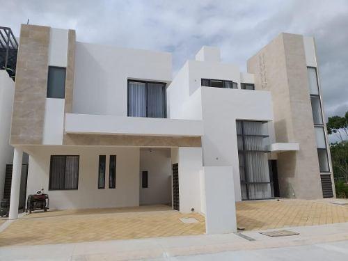 Casas En Venta En Playa Del Carmen En Conjunto Residencial Con Club Deportivo