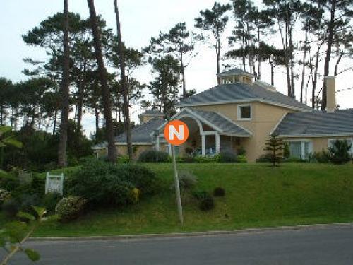 Casa En Venta Y Alquiler, Golf, Punta Del Este, 4 Dormitorios.- Ref: 204746