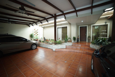 Casa En Trejos Montealegre, 360mts2
