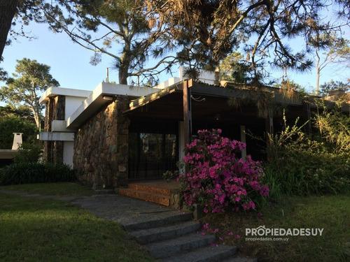 Casa En Venta De Cuatro Dormitorios Con Parrillero Y Garaje- Ref: 795