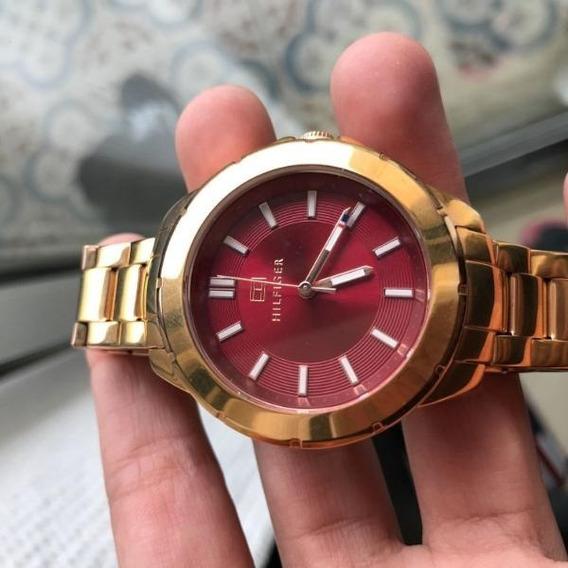 Relógio Tommy Hilfiger Dourado Com Fundo Vermelho Original
