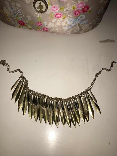 Imagen 1 de 1 de Collar Con Plumas Doradas