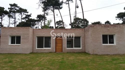 Espectacular Casa De Muy Buena Construcción En Pinares- Ref: 1611