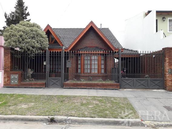 Venta De Amplia Casa 4 Ambientes En Bernal (25927)