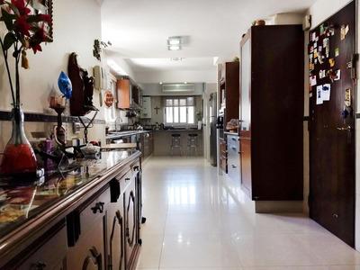 5 Dormitorios Con Ambientes Enormes Y Ubicado Frente A Plaza Pringles