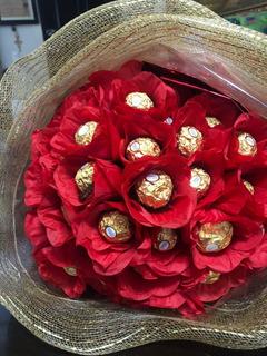 Ramo Gigante De Rosas Rojas Artificiales Con Chocolate