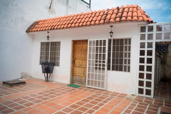 Casa En Venta En La Urbanización Los Mangos, Santa Cruz