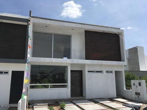 Casa En Venta En Canadas Del Arroyo, Corregidora, Rah-mx-19-1748