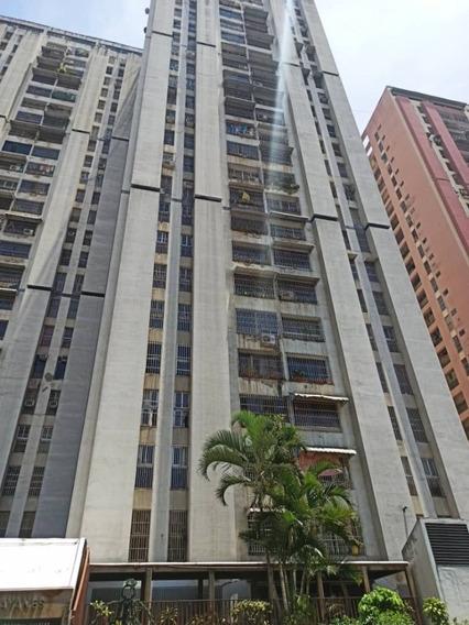 Apartamento De Tres (3) Habitaciones Con Estacionamiento
