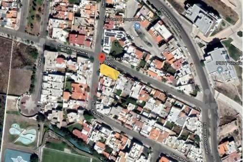 Casa De Lujo En Lomas 4ta Sección. Calle Sierra Perija.