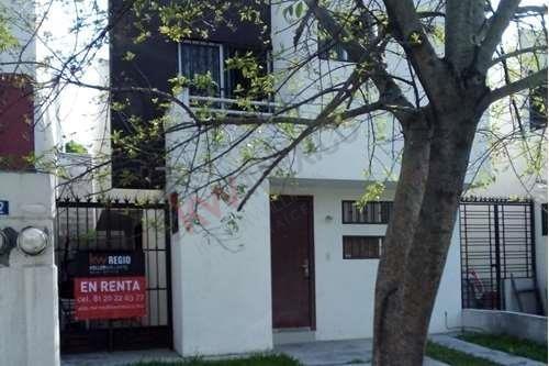 Casa En Privada En Guadalupe, N.l. Fraccionamiento El Quetzal.