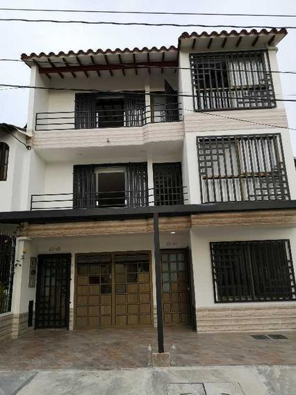 Edificio Con Dos Casas Nuevas