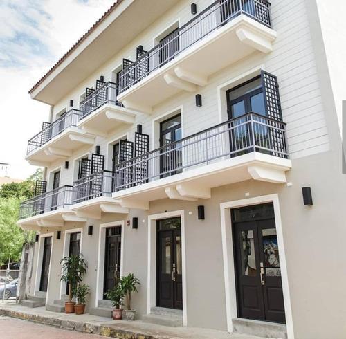 Venta De Apartamento En Casa Borbúa, Casco Antiguo 19-7306
