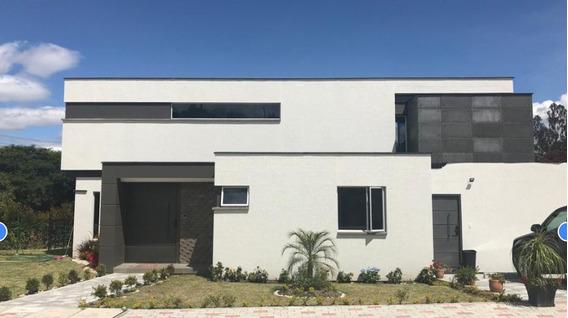 Casa Moderna, Acabados De Lujo, En Urbanización Privada.