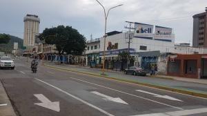 Amplio Local Comercial En Alquiler En Av. Cedeño Cod 21-1222 Opm