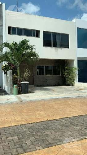 Casa En Venta En Arbolada Cancún / Av. Huayacan