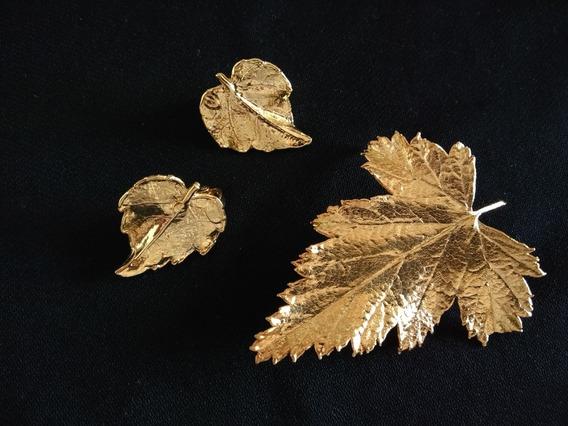 Par De Aros Y Broche De Hojas Naturales Metalizadas Doradas