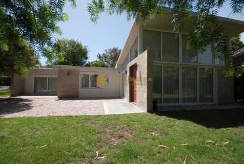 Casa En Playa Mansa, 4 Dormitorios, Barbacoa, Piscina- Ref: 3222