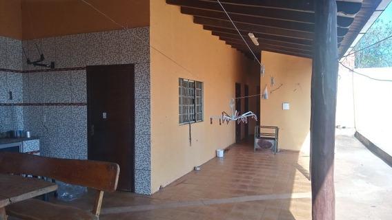 Casa Contendo 3quartos 2 Salas Uma Cozinha Grande No Fundo