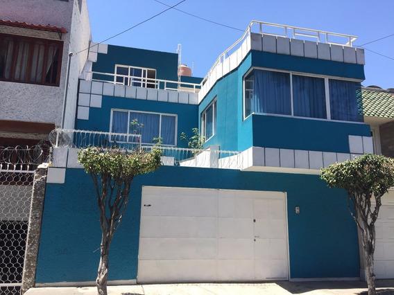 Amplia Casa Ubicada En Zona Residencial.