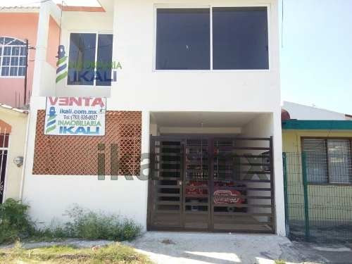 Vendo Casa De 2 Pisos En Colonia Rosa María De Tuxpan Veracruz, Está Completamente Recien Remodelada, Cuenta Con Sala, Comedor, Cocina Integral, 3 Recamaras, 2.5 Baños, Boiler, Area De Lavado, Garage
