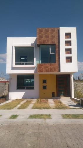 Casa De 3 Recamaras Con Vestidor,2.5 Baños, Equipada