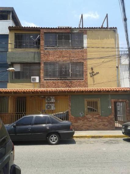 Alquilo Funcional Local En Montecristo, 2 Baños 1 Est.