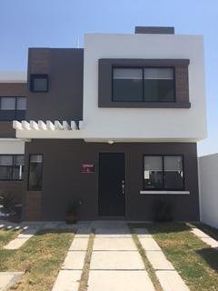 Venta De Casas De 3 Recamaras En Zakia, Cluster Con Alberca