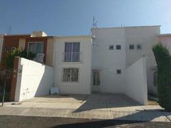 Casa En Remate Bancario En Pueblito Colonial Con Salida A Carretera Celaya Libre