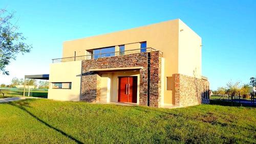 Casa En Venta En El Canton Con 3 Dormitorios. Con Renta