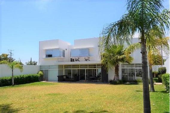 Hermosa Residencia Con Amplio Jardín En Juriquilla Con 800 M2 De Terreno