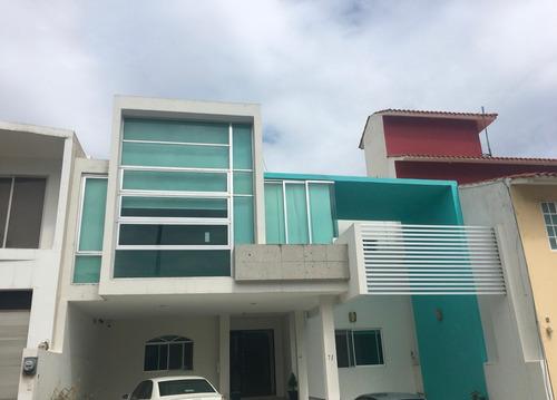 Imagen 1 de 14 de Casa De Dos Pisos Con Alberca, 3 Recamaras Y 5 Baños.