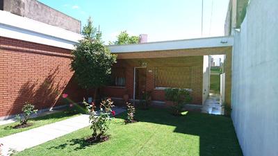 Excelente Casa De 3 Ambientes Amplios, Cochera Y Jardín.
