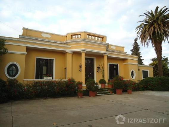 Casona Con Muy Buena Ubicación En Centro De Pilar.