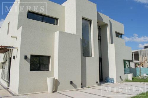 Impecable Casa De Dos Plantas En Construccion En Lagoon Pilar