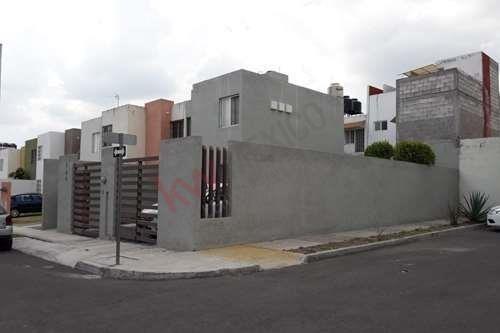 Casa En Esquina Con Terreno Excedente, Cerca De Escuelas, Centros Comerciales Y Excelentes Vías De Acceso.