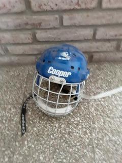 Casco De Hockey Sobre Hielo. Marca Cooper Con Mascara.