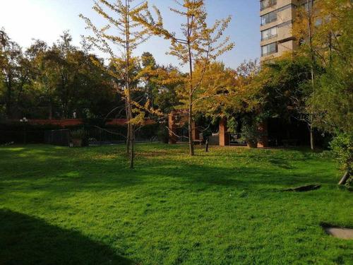 Edificio Rodeado De Areas Verdes