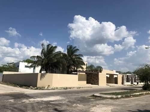 Casa En Esquina En Residencial Campestre Viladiu Cholul. Precio Oportunidad !