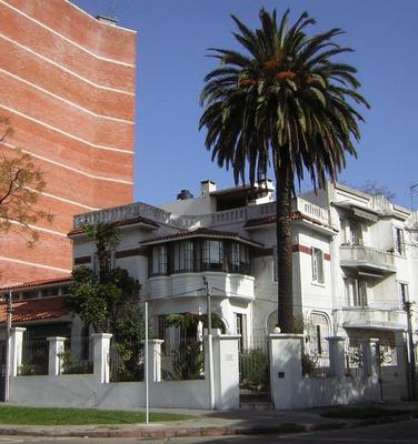 Importante Casa Esquina Tres Plantas Jardín Al Frente Garaje