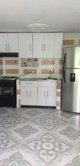 Apartamento De Tres Habitaciones, Dos Baños, Cocina Integral