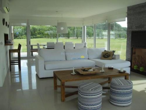 Excelente Casa En Complejo Con Todos Los Servicios Y Seguridad, Cerca De La Barra- Ref: 11536