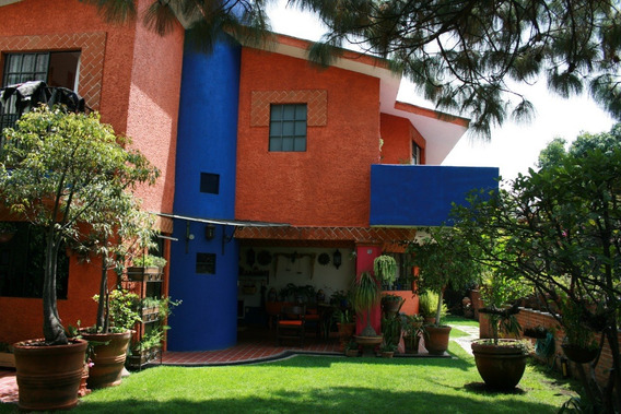 Casa Con Hermoso Jardín En Privada Segura.
