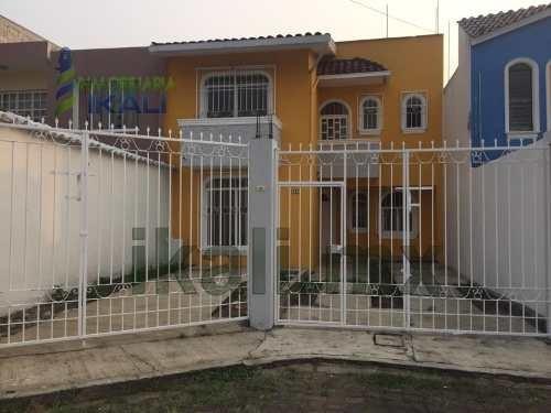Venta Casa 3 Remaras Col. Espinal Alto De Coatepec Veracruz. Se Encuentra Ubicada En La Calle Retorno Díaz Mirón # 17 De La Colonia Espinal Alto, Cuenta Con 136 M² De Construcción Y 145 M² De Terreno