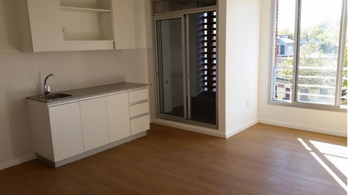 Moderno, Al Frente, 1 Dormitorio, 1 Garage.