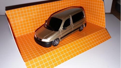 Escala 1.43 Peugeot Partner  Vidriada Color Dorado Claro