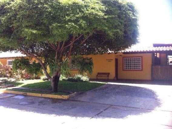 Townhouse En Venta. Fuerzas Armadas. Mls 20-15393. Adl.