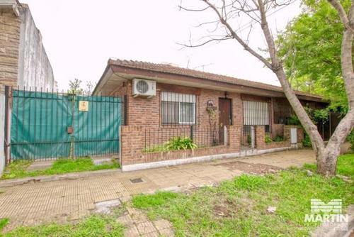 Chalet Tipo Duplex De Tres Ambientes Con Jardin Y Cochera.