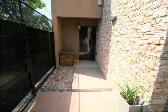 Venta Dúplex Tipo Casa 4 Ambientes Hurlingham Con Cochera, Jardín Y Parrilla.