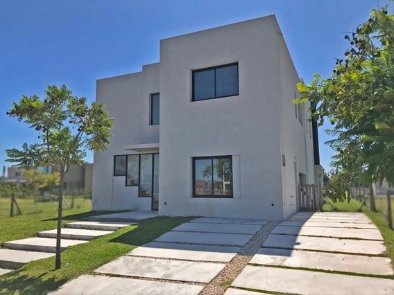 Casa Super Luminosa Y Moderna En Castaños - A Estrena -